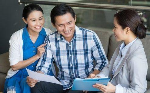 Hình ảnh tư vấn viên giải đáp các khái niệm bảo hiểm nhân thọ là gì, ý nghĩa, mức phí và rủi ro khi tham gia bảo hiểm nhân thọ
